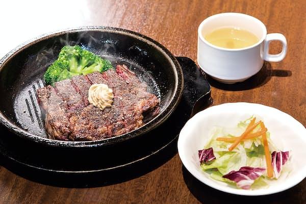 いきなり!ステーキの人気メニュー「ワイルドステーキ」。300gで1390円と破格に安いが、実はランチ時に「ライス抜き」にすればさらに100円下がる。付け合わせのコーンをブロッコリーに変更することで、糖質制限の強い味方となる