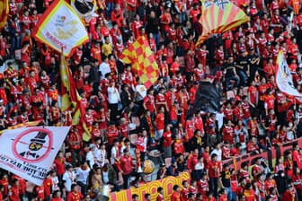 チームのファンなら勝利と特典の二重の喜びを味わえる(名古屋グランパスのサポーター=愛知県豊田市)