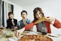 宅配ピザはホームパーティーの定番メニュー(写真はイメージ=PIXTA)