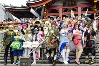 世界コスプレサミットの参加者は国境や人種の壁を越えて交流する(2017年8月、名古屋市の大須観音)=共同