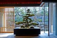 源氏物語や京都の文化をテーマにしたホテル内には、400点あまりのアート作品や見事な盆栽など、見応えある展示も豊富(NikkeiLUXEより)