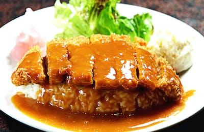 ケチャップベースのソースをかけた洋風カツ丼。付け合わせのサラダも平皿に盛りつける