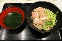 バジル入りそばつゆという斬新さに驚き。さらに鴨肉の薫製と水菜が加わっており、食材の組み合わせは当然ながら初体験。だが、バジルとつゆは意外にも調和していた
