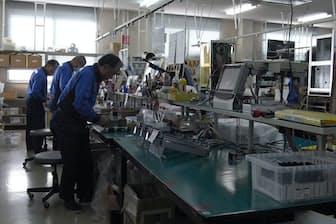 東ソー・ハイテックでは定年退職後に再雇用された従業員が組み立て作業を担う(山口県周南市にある工場)