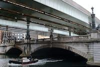 日本橋を覆う首都高速都心環状線(東京都中央区)