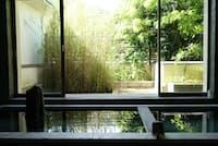 春から秋は窓を開け放って「半露天風呂」になる大浴場(養生館はるのひかり)