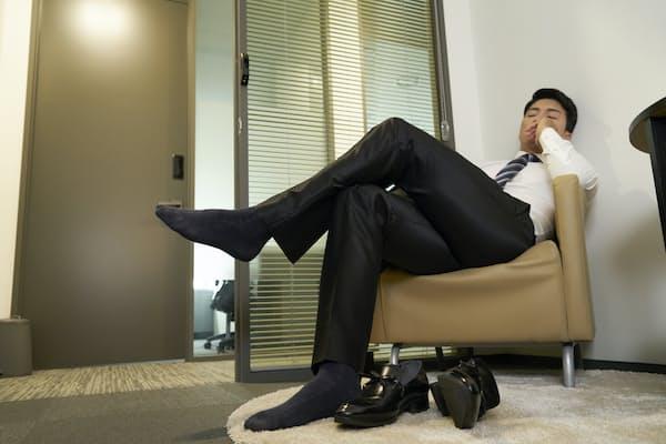 汗をかきやすい季節になると、気になるのが足の臭いだ。靴下で対策したい(写真はイメージ=PIXTA)