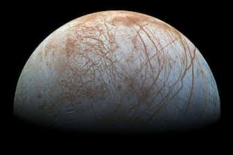 木星の衛星エウロパは、分厚い氷の殻に覆われており、その下にある巨大な海には生命が存在する可能性があると考えられている(PHOTOGRAPH BY NASA)