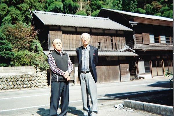 幼少期を過ごした愛媛県大保木村(現・西条市)の実家(右が本人、1998年ごろ撮影)