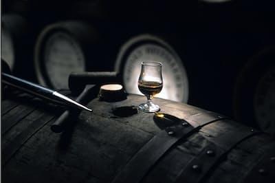 樽で熟成されてウイスキーの味わいが生まれる(山崎蒸溜所)