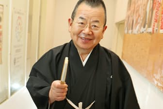 1948年兵庫県篠山市生まれ。落語家。1969年、5代目桂文枝に弟子入り。「愛宕山」などの古典落語のほか「老婆の休日」など創作落語も人気。83年上方お笑い大賞。2010年紫綬褒章を受章。関西大学などで非常勤講師も務めた。岡田真撮影