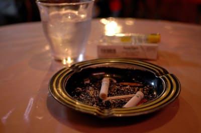 飲食店を禁煙にした場合、必ずしも売り上げが減るとは限らない(写真はイメージ)=PIXTA