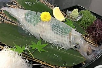水槽から出し30秒でさばいたイカの生け作り。透明さが鮮度の証し(河太郎呼子店)