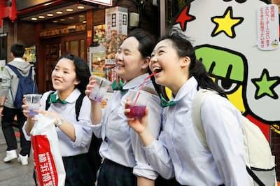 東京五輪・パラリンピックは暑さ対策が欠かせない(冷たいジュースを飲む中学生、5月16日、横浜市)=共同
