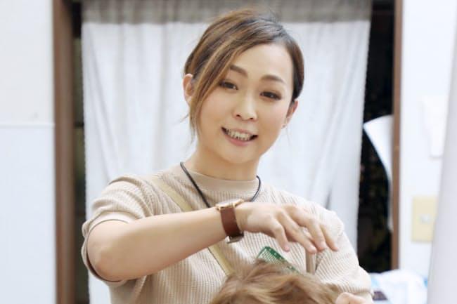 美容師として働く児玉千明町議会議員(福井県高浜町)