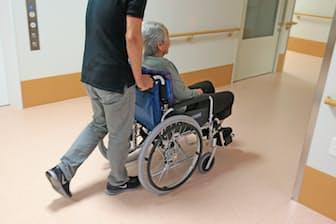 介護人材をいかに確保するかは将来にわたる課題だ(都内の介護福祉施設)