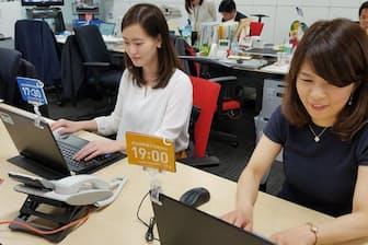 退社時間を宣言するカードを立てて仕事をする社員(写真提供:三井住友海上)