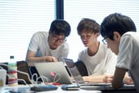 「サービス開発コース」では、実際のサービスのプロトタイプづくりなどに取り組む=LINE提供