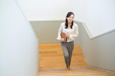 階段を上ることで日常生活の中でできる筋力アップを習慣づけられる(写真はイメージ=PIXTA)