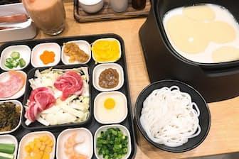 最もスタンダードな「米粉麺 豚鶏ダブルスープ」(980円)。スープは豚骨のように白濁しており、黄色い脂が浮かんでいる。トッピングは14種類。