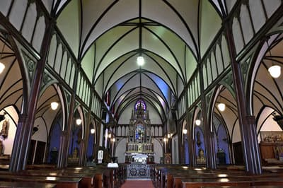 今年は6月下旬に委員会を開き、日本が文化遺産として推薦している「長崎と天草地方の潜伏キリシタン関連遺産」などについて、世界遺産リストへ載せるべきかを話し合う。長崎市の「大浦天主堂」の内部=共同