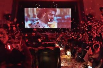 マサラ上映は、「叫ぶ」「クラッカーを鳴らす」など、絶叫上映よりもさらに自由度が高い。兵庫県尼崎市の「塚口サンサン劇場」(上写真)の他、東京・大森の「キネカ大森」などが実施