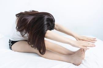 朝、起きた直後の前屈は、腰痛の原因になることもあるって本当? 写真はイメージ=(c)WANG SHIH-WEi-123RF
