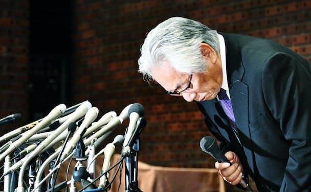 記者会見で謝罪する日大の大塚吉兵衛学長のネクタイは細かい模様が入った鮮やかなブルーだった(5月25日、東京都千代田区)