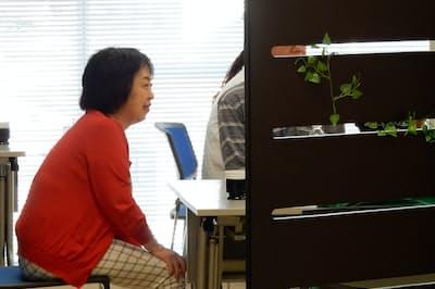 認知症と診断された人たちと話す山田真由美さん(名古屋市)