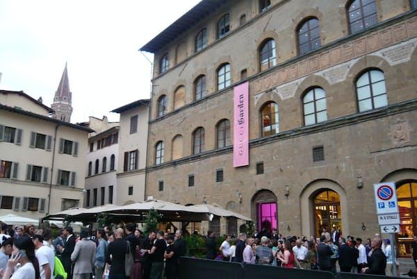 グッチ主催のオープニングパーティーに詰めかけた関係者ら。会場のグッチ・ガーデンはフィレンツェ・ウフィッツィ美術館近くにある