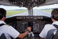 飛行機のコックピットでの言葉遣いは運航の安全を左右する。写真はイメージ=PIXTA