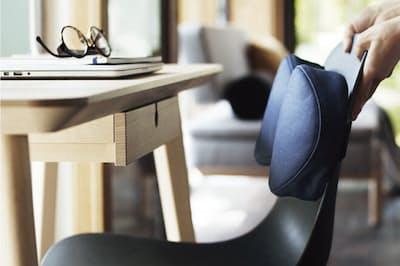 座るときに姿勢をサポートしてくれる「腰当てクッション」(1999円、税込)