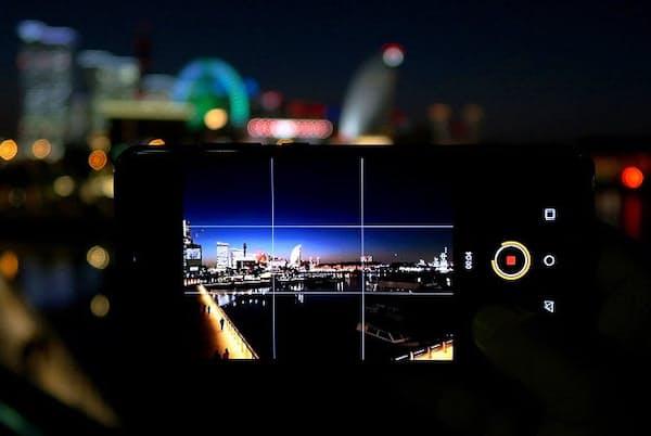 トリプルカメラを搭載したファーウェイのハイエンドスマホ「HUAWEI P20 Pro」。日本では6月下旬よりドコモが独占販売する (日経トレンディネットより)