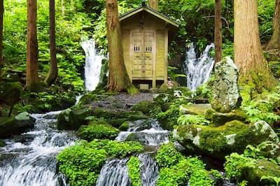 鳥海山の伏流水が山腹から湧き出ている「胴腹滝」。冬でも凍らず、水をくみにくる人が絶えない