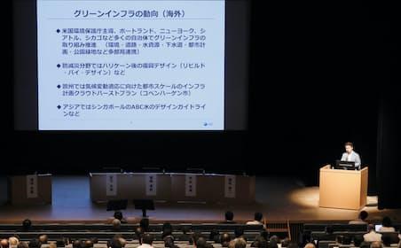 「日経地方創生フォーラム」で基調報告する福岡氏