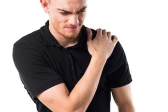 背中や肩に痛みが出る場合は、五十肩と間違われることも。写真はイメージ=(c)Luis Molinero Martinez-123RF