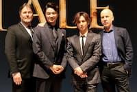 『ナイツ・テイル-騎士物語-』は7月27日~8月29日、東京・帝国劇場にて上演。製作発表会見で、左からデヴィッド・パーソンズ(振付)、井上芳雄、堂本光一、ジョン・ケアード(脚本・演出)