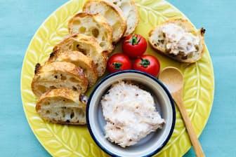 ツナ缶にクリームチーズをあえて作ったディップ