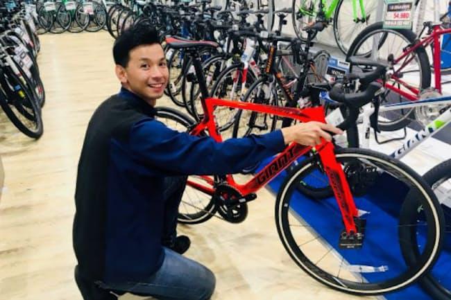 全国に5人だけの接客マイスターの萩原さんは自身の自転車の体験を顧客に伝える