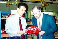 フランスでは現地社員(右)につきっきりで調達管理のノウハウを教え込んだ(94年、左側が本人)