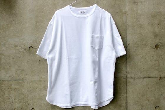 40番手双糸天竺生地を使用したポケットTシャツ。全体的に丸みを帯びたシルエットが男くささを緩和し、柔和な印象に仕上げている。(VA-VA / Tシャツ 7020円税込)