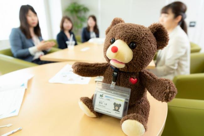 会議効率化に使用されたロボットのクマ「営女 くま」(写真:吉村永、以下同)