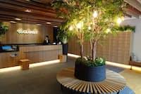 木の香りが漂うグランジットアキハバラのエントランス(東京都千代田区)