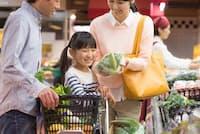 共働き夫婦は財布を分けないことで使途不明金を節約できる(写真はイメージ=PIXTA)