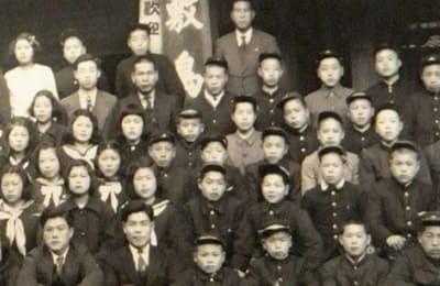 上京の際、働き口を紹介してくれた中学時代の恩師、伊藤始先生(最前列の左端)