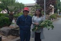 転職先のニフコ熊本で笑顔を見せる金原夫婦(熊本県合志市)