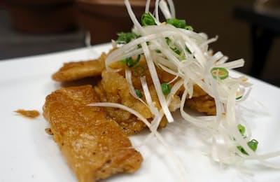 ベジタリアンブッチャージャパン(東京都豊島区)が販売する「フェイクミート」の鶏肉タイプ。調理すると本物の鶏肉のような味わい