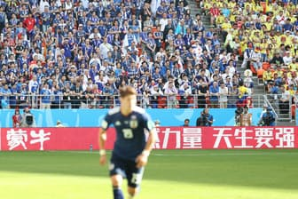 競技会場の看板には中国企業の名前が並ぶ(6月19日の日本―コロンビア戦、ロシア・サランスクで)