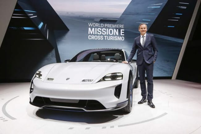 2018年のジュネーブモーターショーで公開されたミッションEのクロスオーバーコンセプト「ミッションE クロスツーリスモ」(写真提供:ポルシェ)