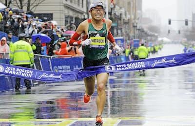 ボストンマラソンでゴールする川内優輝選手=ロイター